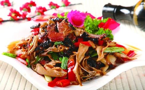 青椒双菇炒腊肉
