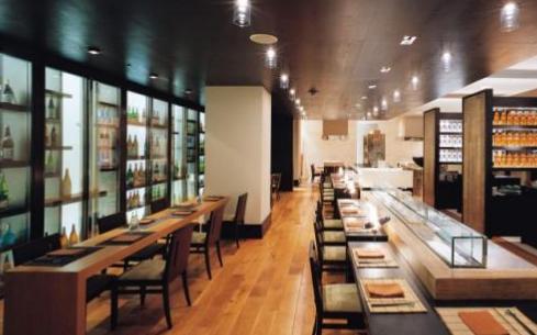 餐饮店服务员懂得赞美顾客,将会提升餐饮店整体的形象