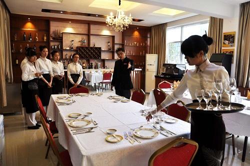 餐饮酒店管理者与员工要保持距离?