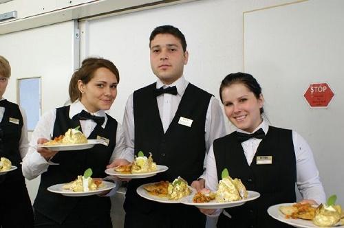 """培训餐厅服务员就是做""""游戏""""!"""