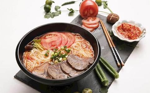 如今的摆地摊卖什么吃的最火?诸如米线这类的特色小吃,是不错的摆地摊项目