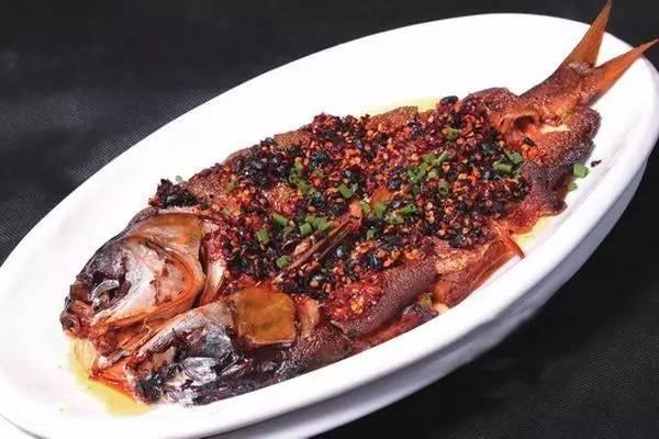 农妇蒸腊鲢鱼
