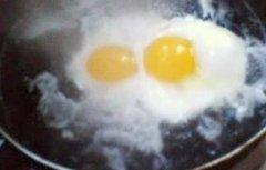 做水煮荷包蛋,为什么下锅有白沫?下锅前只需多加一步,完整滑嫩